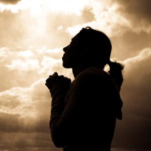 زنی در حال دعا کردن