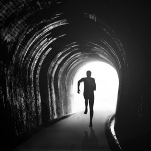 مرد در حال دویدن داخل تونل