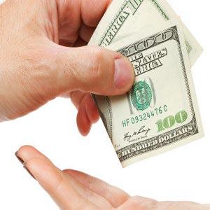 اسکناس 100 دلاری از دست یک نفر به دست دیگری