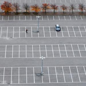 پارکینگ بزرگ و خالی با یک خودرو
