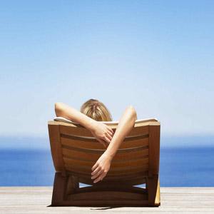 زنی در حال استراحت کنار ساحل