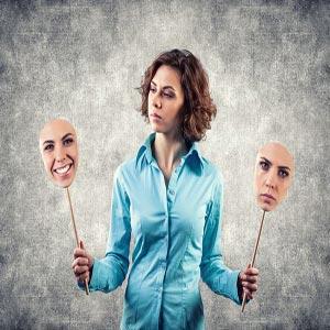 زنی با دو صورت شاد و غمگین