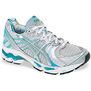 یک لنگه کفش ورزشی پای راست رنگ نقره ای