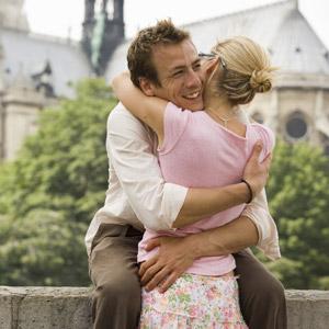 زن و مرد در آغوش یکدیگر