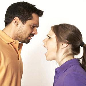 زن در حال داد زدن بر سر مرد