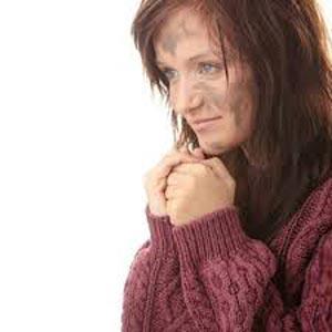 زن با ظاهر کثیف و ژولیده با ژاکت همراه با لبخند و امیدواری