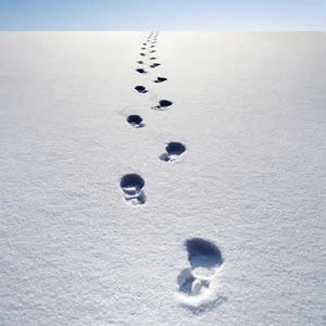 ردپای یک نفر روی برف با دورنمای افق