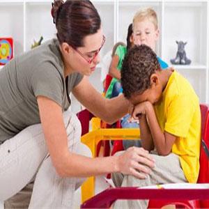 معلم در حال آرام کردن دانش آموز